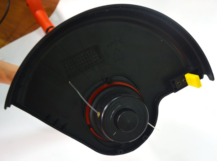 Máy cắt cỏ cầm tay Black&Decker GL300